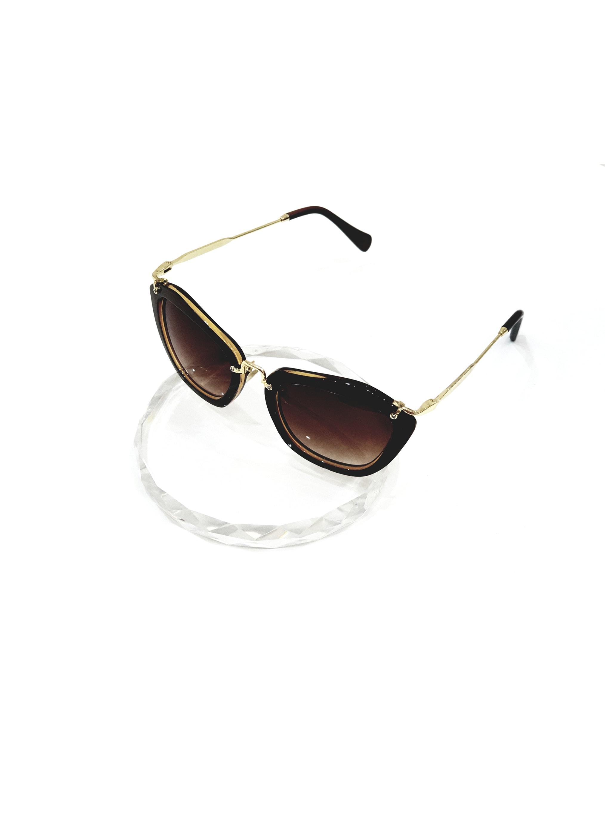 نظارة باللون البني و الذهبي